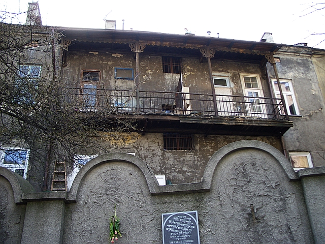 Krakow_ghetto_wall_&_home